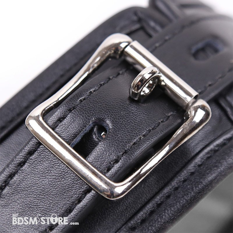 Collar acolchado premium para juegos bdsm de bondage fetish con 3 argollas y hebilla para candad detalle hebilla