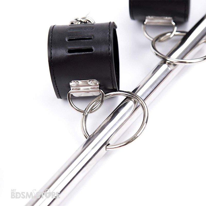 Barra de bondage con muñequeras y tobilleras atrás para juegos de restricciones BDSM detalle